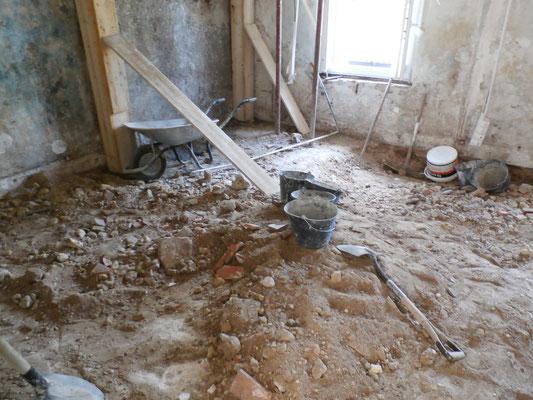 Il a fallu enlever les tomettes et décaisser le sol.