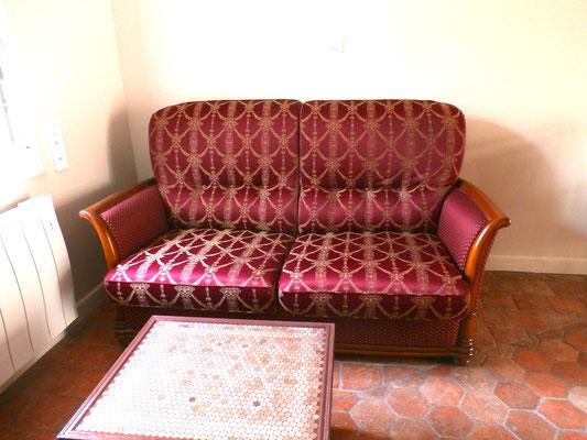 Canapé convertible pour une personne dans le séjour.