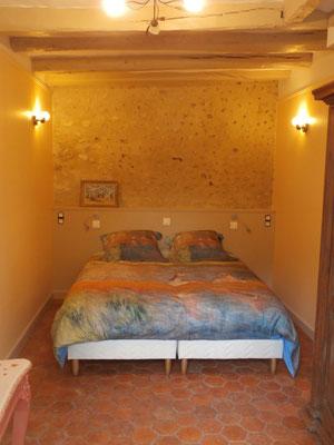 La chambre avec un grand lit (160 cm).