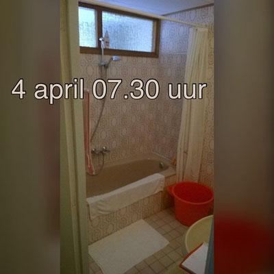 gedateerde badkamer voor de verbouw, met ligbad