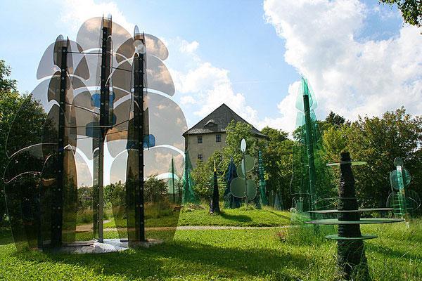 Gläserner Wald am Fuß der Burgruine Weißenstein bei Regen