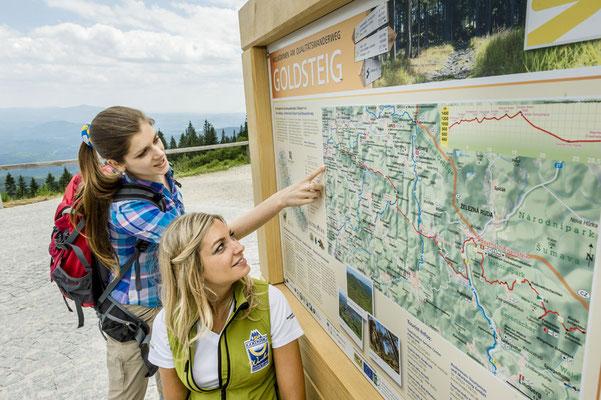 Info-Tafeln am Goldsteig geben den Wandereren eine gute Orientierung, Tourismusverband Ostbayern e.V., Foto: Andreas Hub