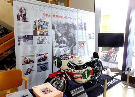 大使館エントランスの展示