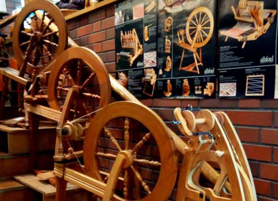 糸車・紬車・糸紡ぎ機。見ているだけでワクワクします(マリヤ手芸店インスタグラムより)