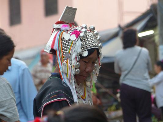 """Cette autochtone fait parti de la tribu """"karen"""" (les femmes au long cou). On la reconnait grâce à son chapeau traditionnel"""