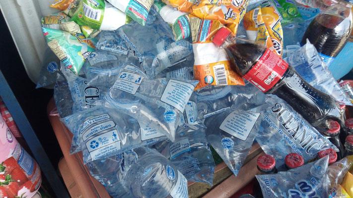 L'eau se vend en sachet plastique...