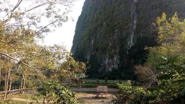 La grotte est quelque part dans cette montagne de pierre