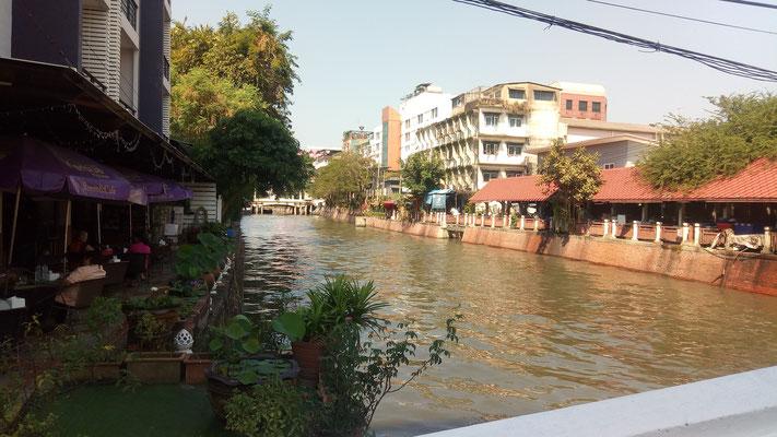 On longeait cette rivière pour rejoindre les temples