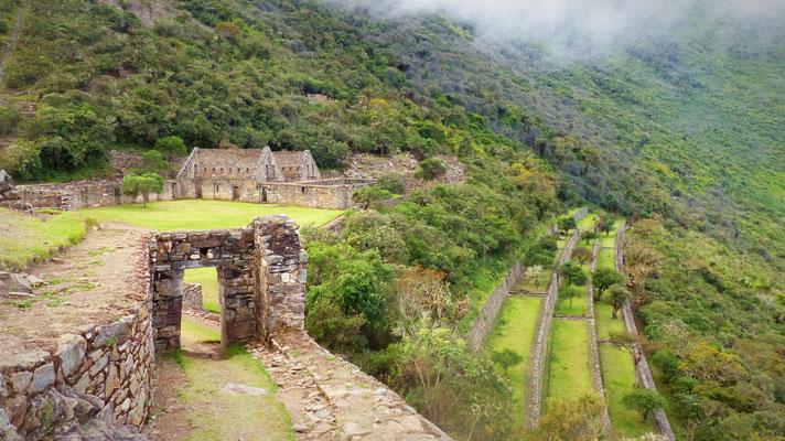 La grande place du village et les immenses terrasses en contrebas. On imagine de la crotte et des animaux à la place de l'herbe fraîche bien sûr!