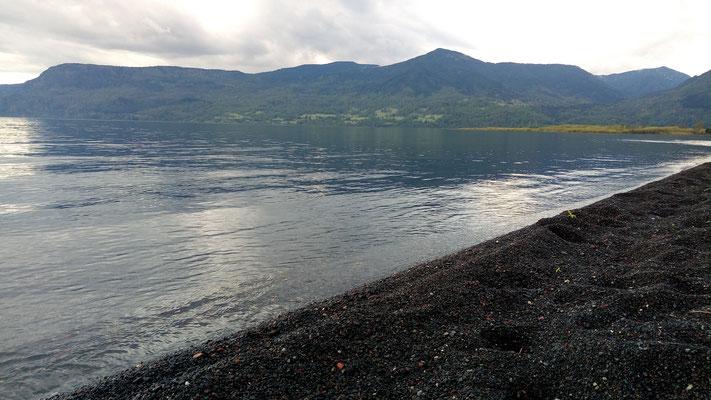 Le lac et son sable noir