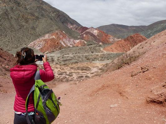 On descend de voiture pour grimper sur une colline qui nous offre une super vue sur les montagnes colorées!