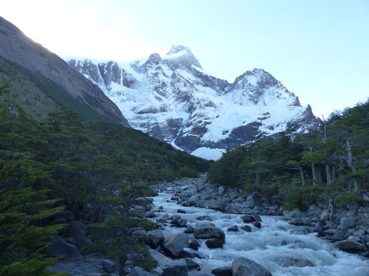 Cette montagne gronde car en  ce moment, de gros blocs de neige s'effondrent régulièrement depuis le sommet !