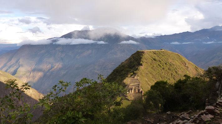 Le sommet de la colline est tronqué, sûrement un lieu de cérémonies !