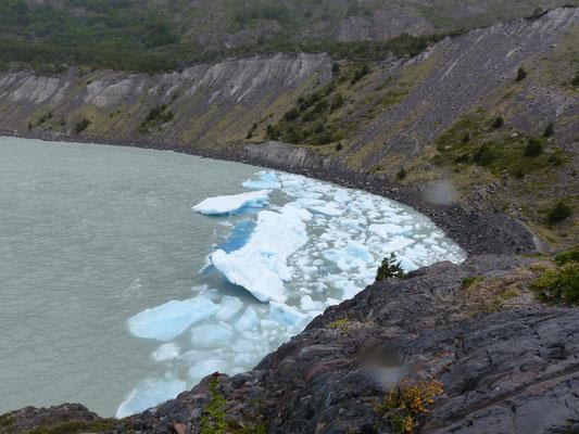 Des morceaux de glace qui se sont détachés du glacier viennent s'échouer ici, de l'autre côté du lac