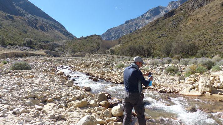 """Jérôme rempli la"""" lifestraw"""" à la rivière. Avec cette paille filtrante l'eau est super bonne, fraîche et surtout on risque rien :-)"""