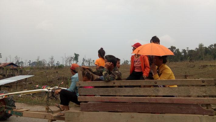 Le tracteur, c'est le transport des familles de paysans