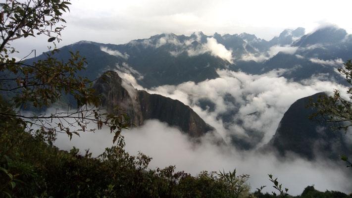 La brume nous laissent entrevoir seulement des sommets