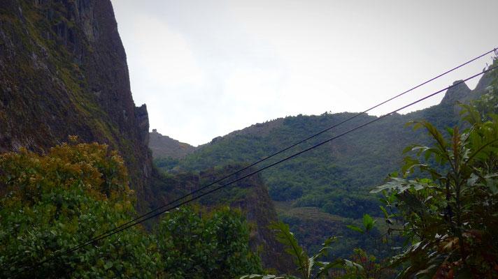 La petite maison au fond, c'est un bout du Machu Picchu !