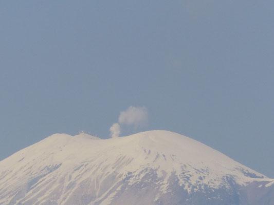 Au loin derrière le village, il y a un volcan en activité !