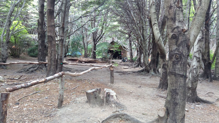 La cabane, c'est un abri pour manger, sinon, on plante la tente n'importe où!