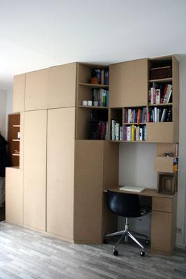 Grand meuble en MDF avec nombreux rangement, dressing, bibliothèque et partie bureau.