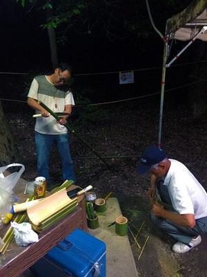 22時半~ 急きょ、竹ウマのクラフト始まる