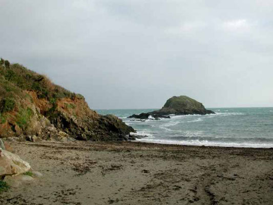 La plage de sable de Saint-Marc avec l'allée charretière des goémoniers