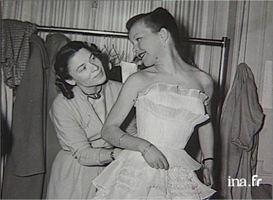 Carmen de Tommaso et Cécile Aubry lors de l'essayage d'une robe de gala © ina.fr 1992