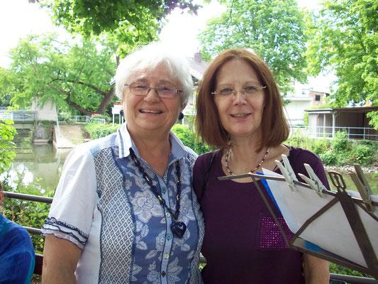 Ein supergutes Lese-Team: Christel (links) und Frau Pfalzgraf (rechts)