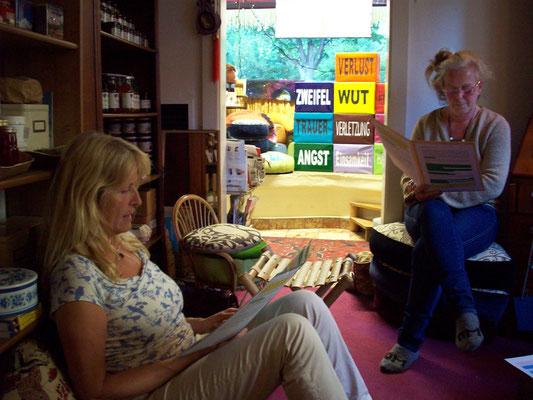Karin als Emily und Gudrun in der Rolle ihres Lebens: tada: als weise Lichtkugel :-).