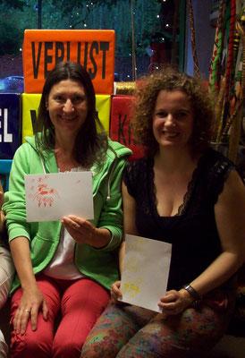Auch Ute und Kerstin haben gut lachen bei so vielen lustigen Zeichnungen und dem Ehrenplatz vorm Siegerpäckchen ;-)