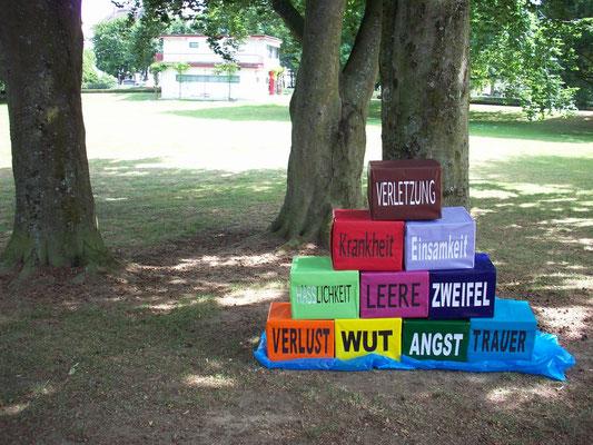 """Schon vor Lesungsbeginn bestaunten Passanten das """"Kunstwerk"""" im Brentanopark :-)"""