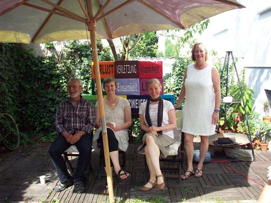 Christa Biebach (stehend) freut sich, dass es schon vor Beginn so lustig in ihrem Garten ist :-)