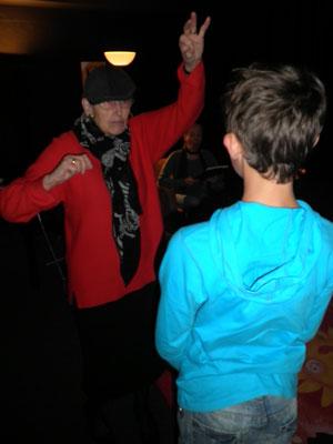 Engel Christa holt den Zauberjungen Merlin auf die Bühne und gibt ein beeindruckendes Schauspiel.