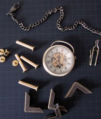 Mechanische Taschenuhr mit Kette Metallbuchecken Buchschrauben messingfarben