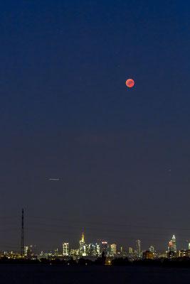 Himmelsleuchten:  Blood Moon above Frankfurt/Main Skyline