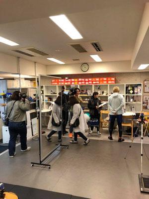 メイクさんカメラさん照明さん音声さんなどたくさんのスタッフで撮影が行われます。