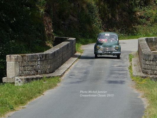 Frédéric Combe et Olivier Petit, l'équipage 72 sur Renault 4 CV lauréat du concours La Montagne.