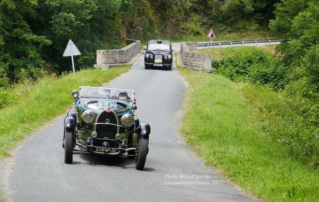 """La Bugatti de Michel et Monique Blanchard devance le """"Cab"""" londonien de France Bleu Creuse."""