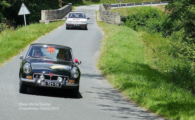 Nicolas David et Laurent Godin filent sur les routes du Creusekistan avec leur MG B-GT.