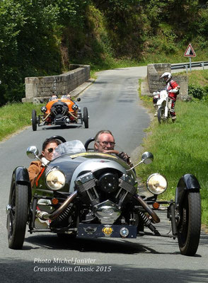 La Morgan Three Wheeler de Tanguy et Peggy Bentot devance l'autre Morgan Three Wheeler de l'édition 2015 pilotée par Pierre et Valentine Elizabé.