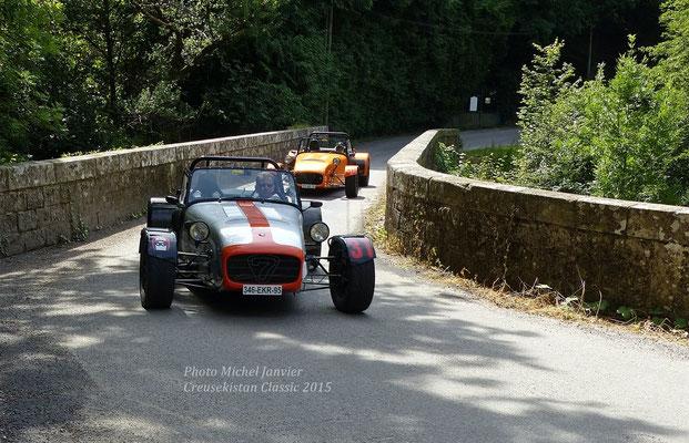 Patrick Garnier et sa Caterham CSR 200 précèdent la Caterham CSR 200 de Jean-Pierre Tripot.