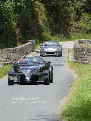 Emmanuel Petit et Jean-Louis Gervais au volant de leur Pontiac Grand Prix précèdent la Honda S2000 de l'équipage Gervilliers.