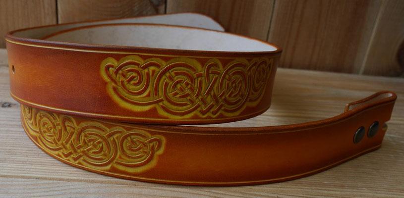 6c6b70b64e6a Teinture uni base aqueuse sur l ensemble de ces deux ceintures. Bois de cerf  véritables coupés, taillés et poncés à la demande. Fixation par un lien en  cuir ...