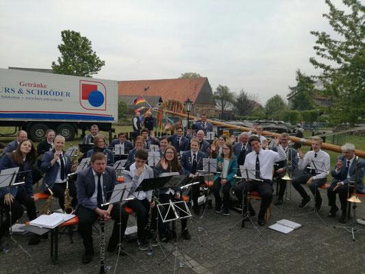 Maibaumaufstellen bei der Gaststätte zur Alten Heide in Scharmede begleitet vom Musikverein Jugendlust