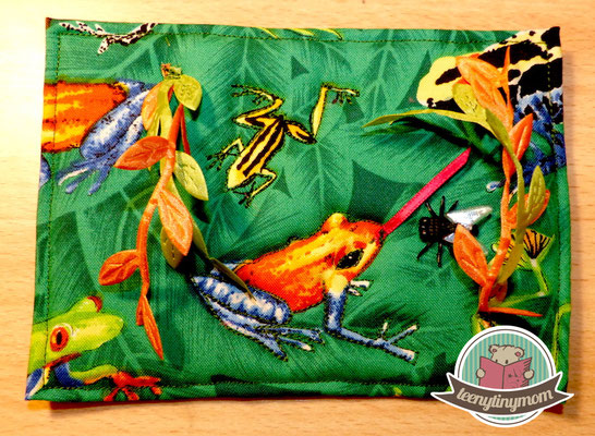 Einige Blättergirlanden, eine Zunge für den Frosch und eine Fliege aufgenäht