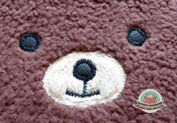 Teddys Augen und Nase sind aus einem alten Brillenetui. Hier habe ich die Augen mit Zickzack umnäht, um ihnen mehr Volumen zu geben.