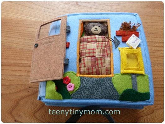 die Eingangstür, Teddy liegt im Bett dahinter