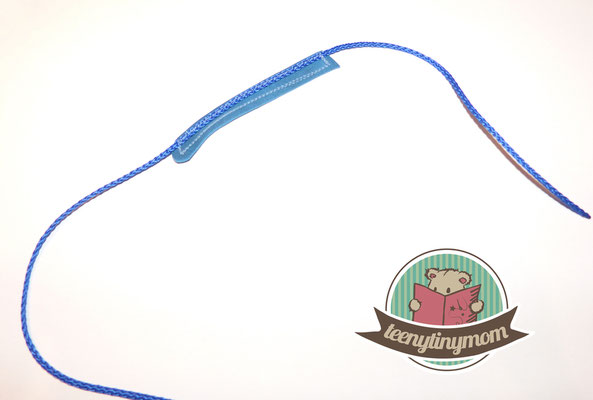 Sew the tongue onto a string (about 25 cm long).