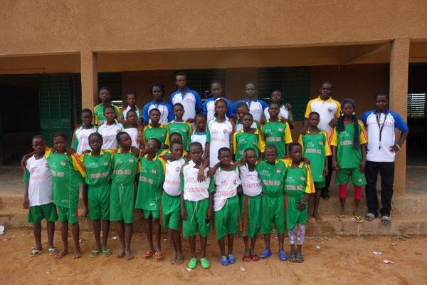 Gruppenfoto der Schüler mit dem Organisationsteam des Bildungscamps, August 2015